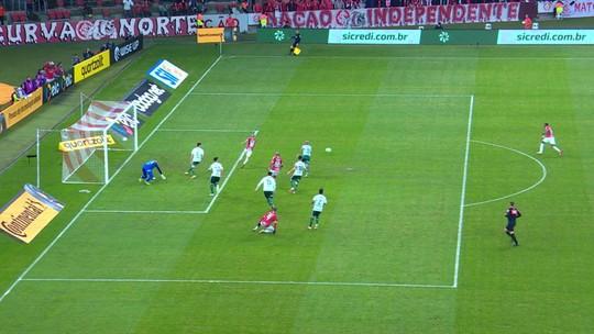 Odair entra em êxtase, pega bandeira e canta junto com torcida após classificação do Inter