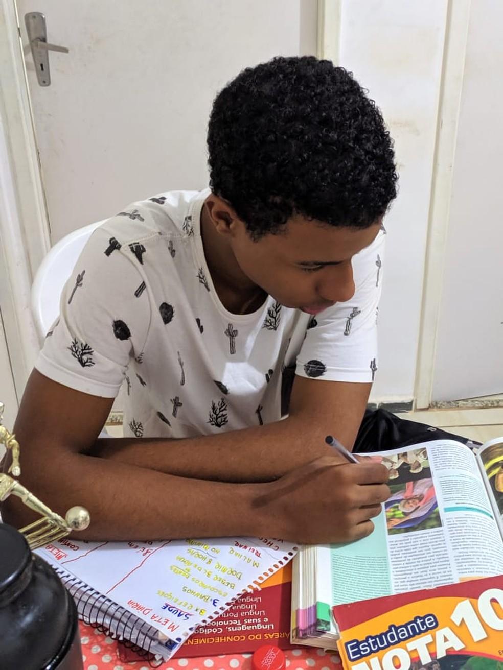 Túlio Novaes usa alguns livros para estudar em casa — Foto: Arquivo Pessoal