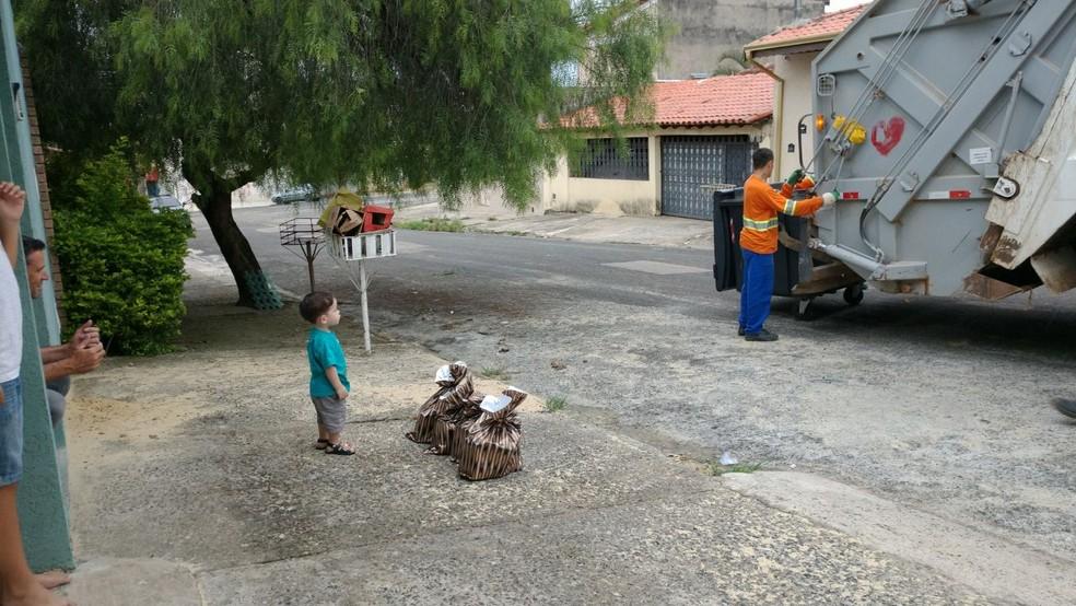 Mãe conta que Murillo é apaixonado por caminhões de lixo (Foto: Michele Moreira/Arquivo Pessoal )