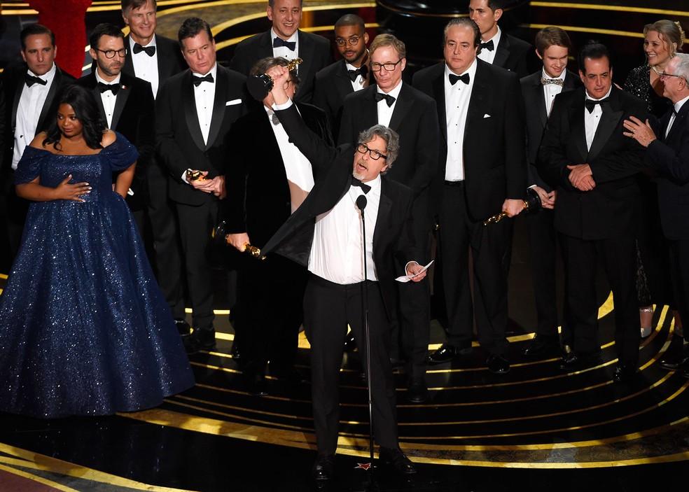 Elenco e equipe de 'Green Book' no palco para receber estatueta de Melhor Filme no Oscar 2019 — Foto: Chris Pizzello/Invision/AP