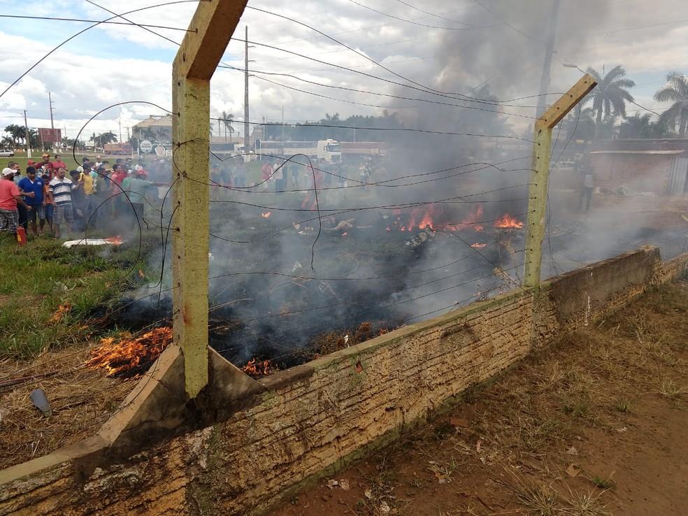Avião pega fogo após queda em Primavera do Leste (Foto: CBM-MT)