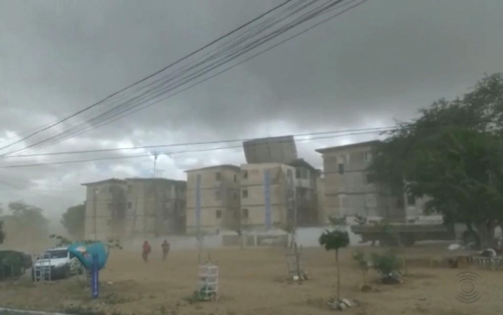 Vento forte arranca telhado de prédios, durante chuva em Campina Grande — Foto: Reprodução/TV Paraíba