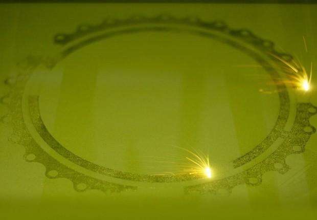 Impressora 3D usa lasers para derreter e sinterizar pó de metal (Foto: Divulgação)