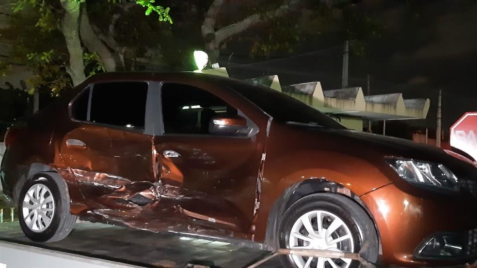 Carro atingido por assaltantes durante fuga em Natal — Foto: Sérgio Henrique Santos/Inter TV Cabugi