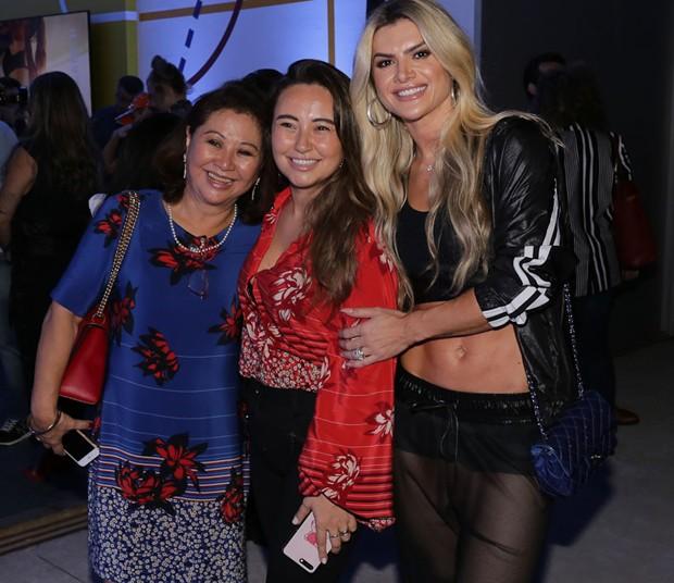 Mirella Santos com Karina e Kika Sato, mãe e irmã de Sabrina (Foto: Cláudio Augusto/Brazil News)