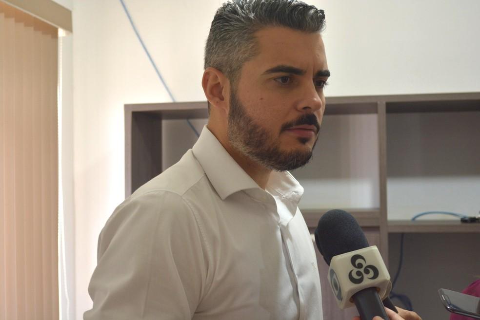 Thiago Flores diz que objetivo é economizar e se manter dentro da Lei de Responsabilidade Fiscal (Foto: Ana Claudia Ferreira/ G1)