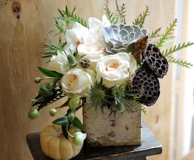 O vaso tem uma particularidade: flor de lótus, a planta queridinha para dar um aspecto diferente ao arranjo (Foto: Pinterest/Reprodução)