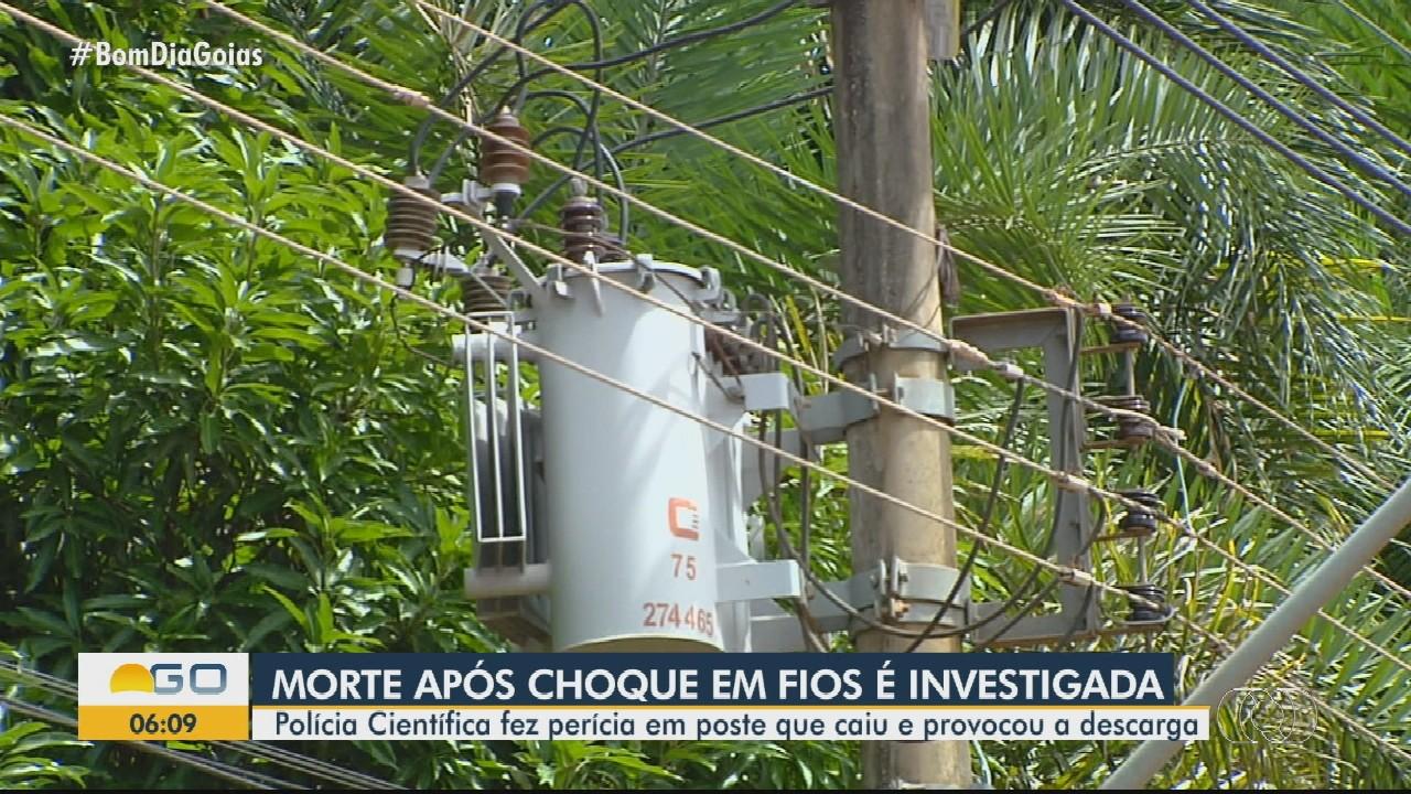 Polícia pericia local em que homem morreu eletrocutado, em Goiânia