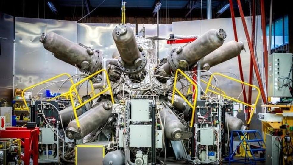 O sistema de compressão do reator da General Fusion tem enormes pistolas de pressão — Foto: General Fusion/Divulgação/BBC