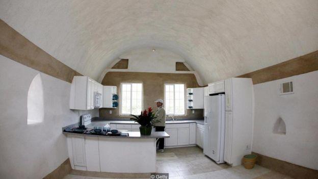 O interior de uma casa de superadobe no Instituto Cal-Earth (Foto: Getty Images via BBC News)