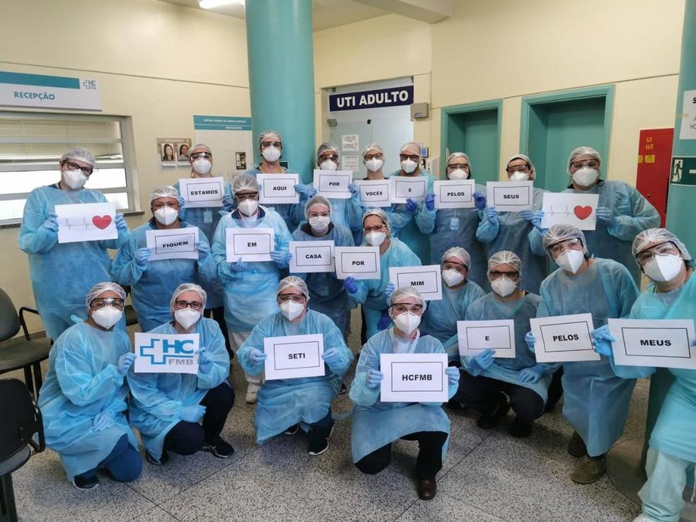 Equipe do HC de Botucatu faz apelo para prevenir coronavírus: 'Fiquem em casa' — Foto: Ana Cláudia Kochi/HCFMB