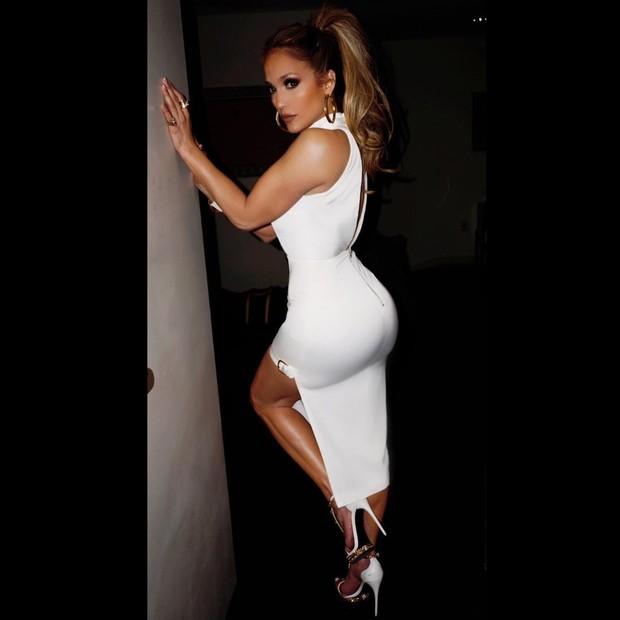 Jennifer Lopez exibe curvas irretocáveis em vestido branco justinho (Foto: Reprodução/Instagram)