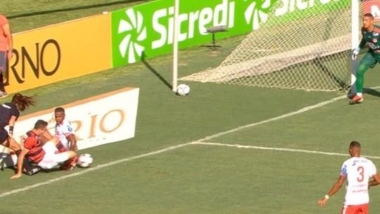 Primeira polêmica: bola saiu no lance que rendeu pênalti, expulsão e gol do Flamengo