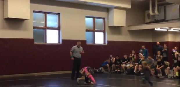 Menino de 2 anos invade arena para defender a irmã (Foto: Reprodução Facebook)