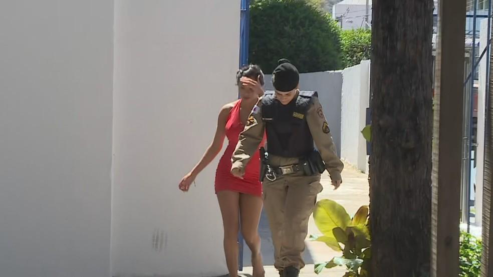 La mujer que se peleó con Cazares es dirigida por el primer ministro - Foto: Reprodução / TV Globo