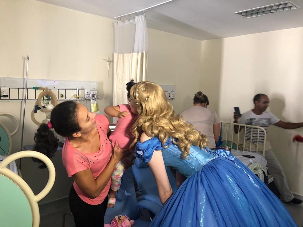 Grupo ganhou o reforço de uma princesa. A ideia foi aprovada pela pequena Lis — Foto: Bruna Carvalho/ Inter TV