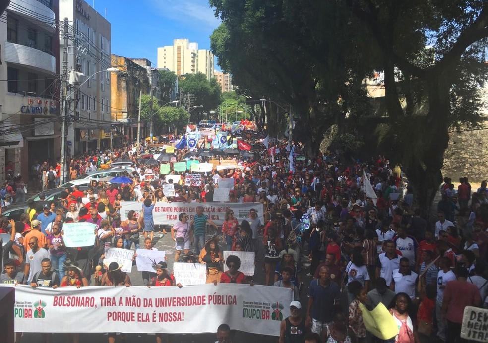 Salvador, às 11h: manifestantes realizam passeata no centro da capital baiana em protesto contra cortes de verbas da educação — Foto: Maiana Belo/G1 Bahia