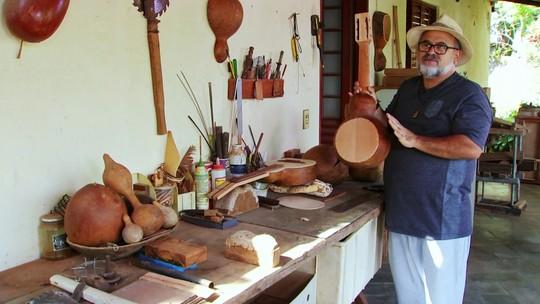 Artesão produz instrumentos musicais a partir da cabaça, em Pirajuí