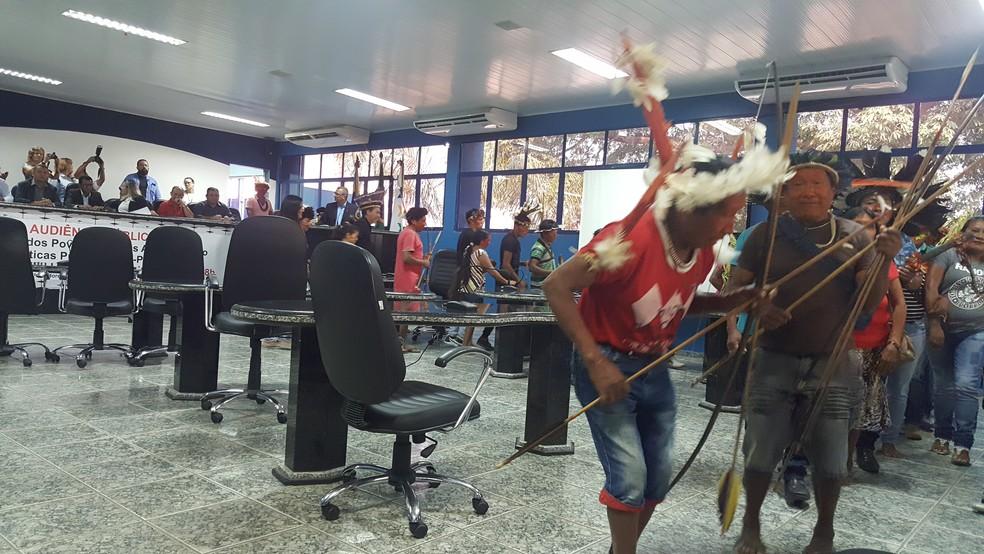 Índios dançaram em um momento da audiência  (Foto: Pâmela Fernandes/G1)