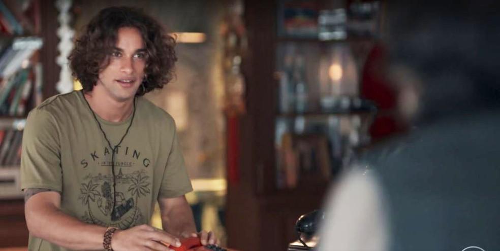 Deco (Pablo Morais) surpreende Roney (Lúcio Mauro Filho) — Foto: Globo