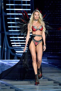 Candice Swanepoel retorna no Fashion Show após dar à luz Anacã (Foto: Getty Images)