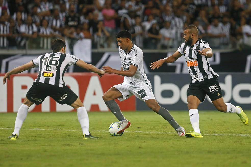 Luis Henrique vai para cima de Igor Rabello após passar por José Welison — Foto: Vitor Silva/Botafogo