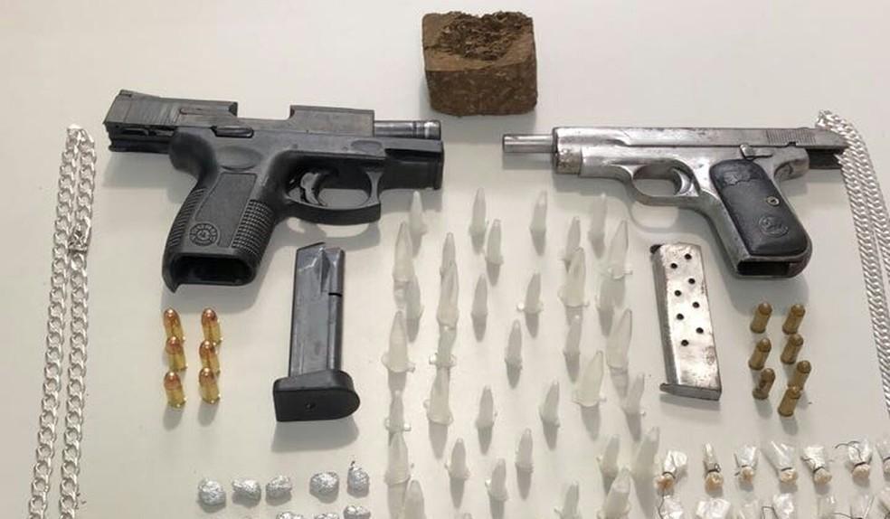 Armas e porções de cocaína foram apreendidas com a dupla (Foto: SSP/ Divulgação)