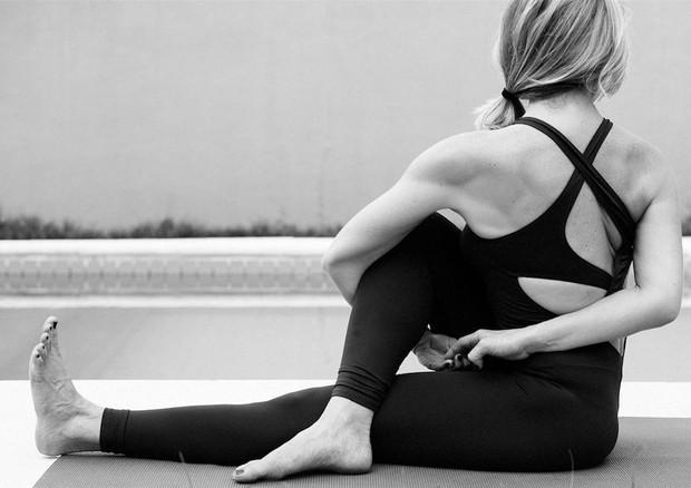 Letícia Spiller mostra flexibilidade aos 44 anos (Foto: Reprodução/Instagram)