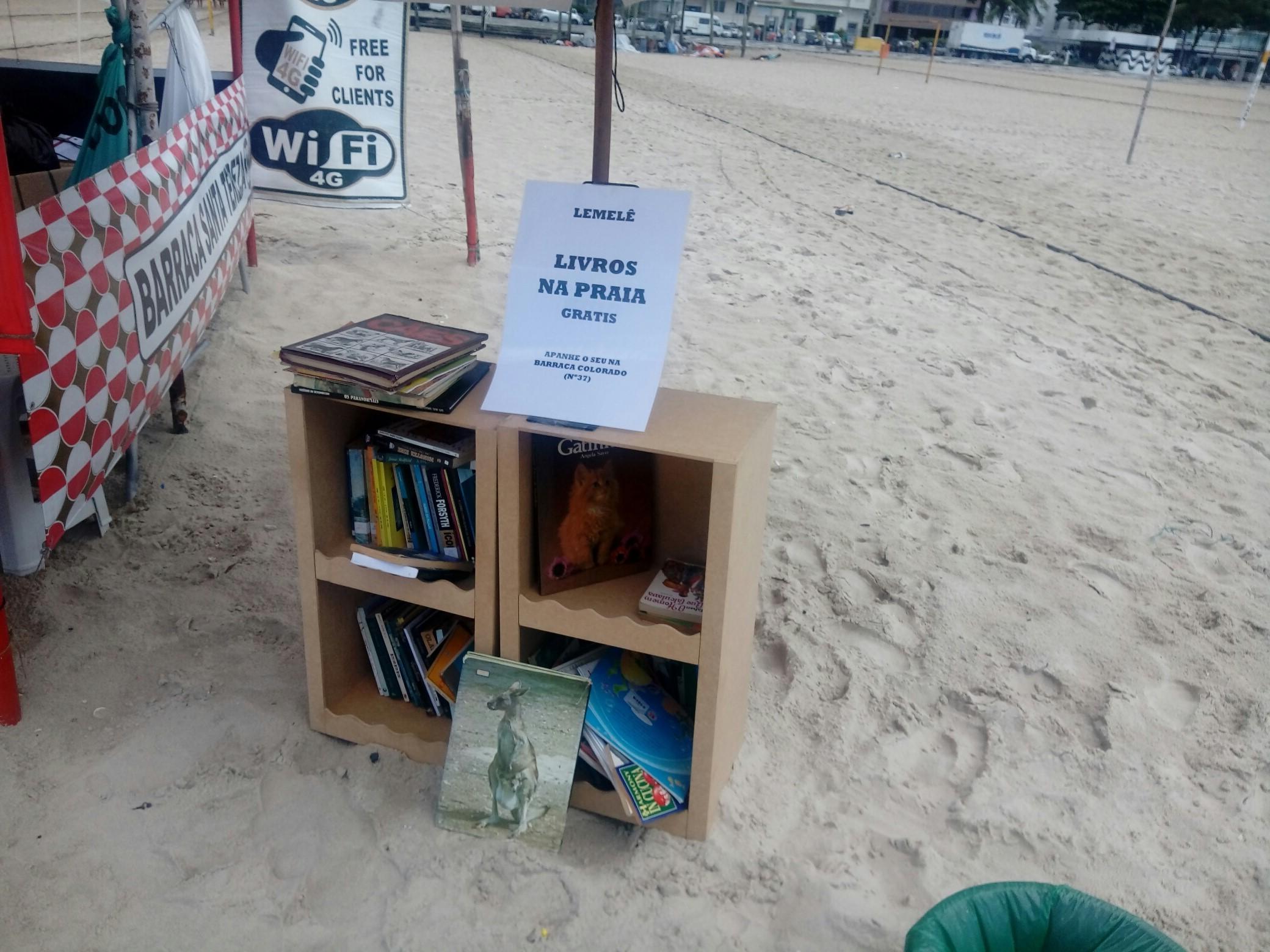 A barraca de distribuição gratuita de livros na Praia do Leme