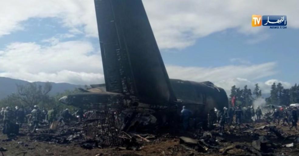 Avião caiu perto de base aérea próxima à capital Argel (Foto: ENNAHAR TV/Handout/ via REUTERS)