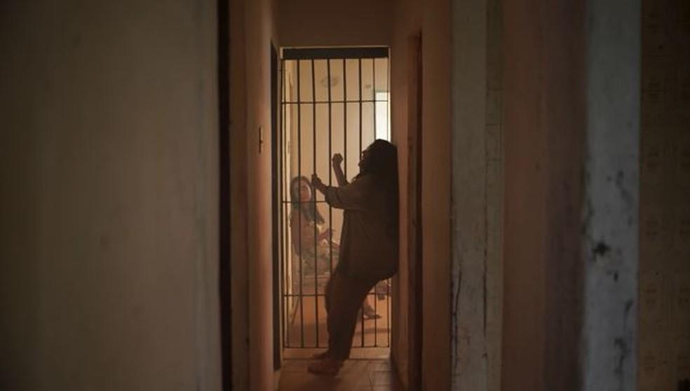 Lurdes (Regina Casé) chora aos prantos no cativeiro em 'Amor de Mãe' — Foto: Globo