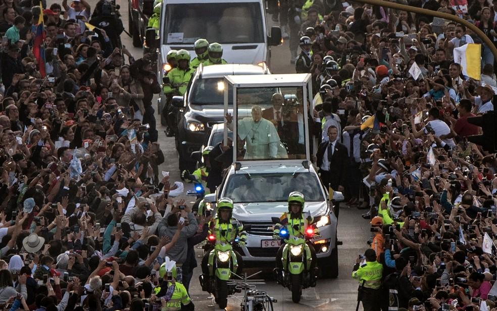 O Papa Francisco acena do Papamóvel ao chegar à Bogotá, na Colômbia, na quarta-feira (6) (Foto: Pedro Ugarte/AFP)