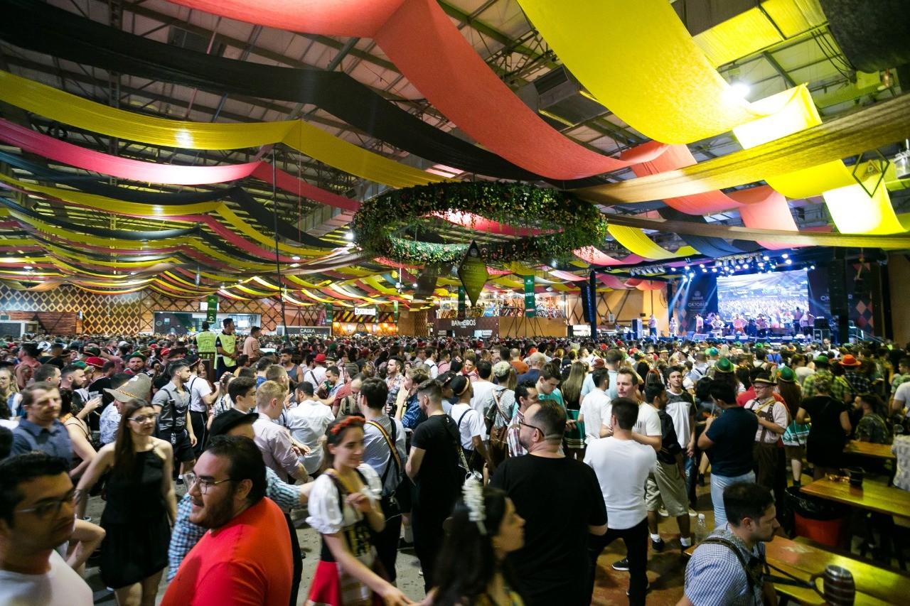 Oktoberfest em Blumenau registrou 172 ocorrências por furto de celulares em seis dias de festa - Notícias - Plantão Diário