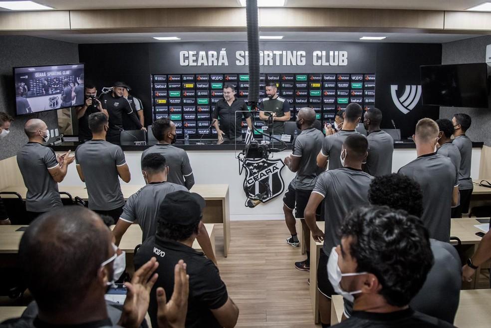 Elenco do Ceará se reuniu para despedida de Ricardinho — Foto: Felipe Santos/Ceará SC
