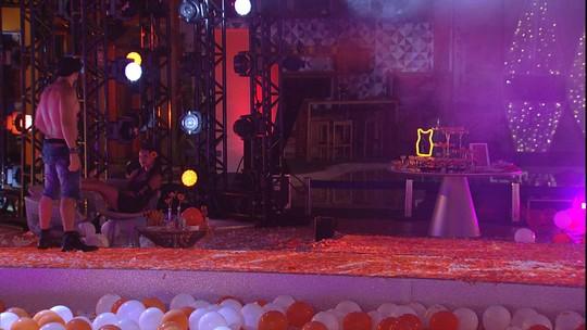 Kaysar faz flexões na passarela da Festa Pompéia