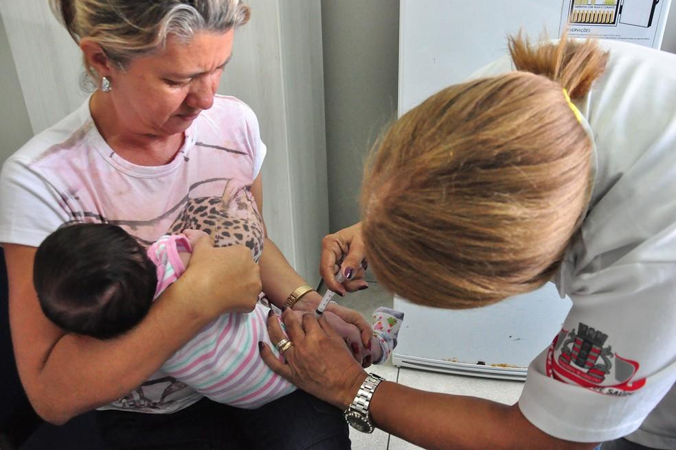 """Vacina pentavalente protege contra difteria, tétano, coqueluche, a bactéria """"haemophilus influenza"""" tipo B e hepatite B — Foto: Dayse Euzébio/Secom-JP"""