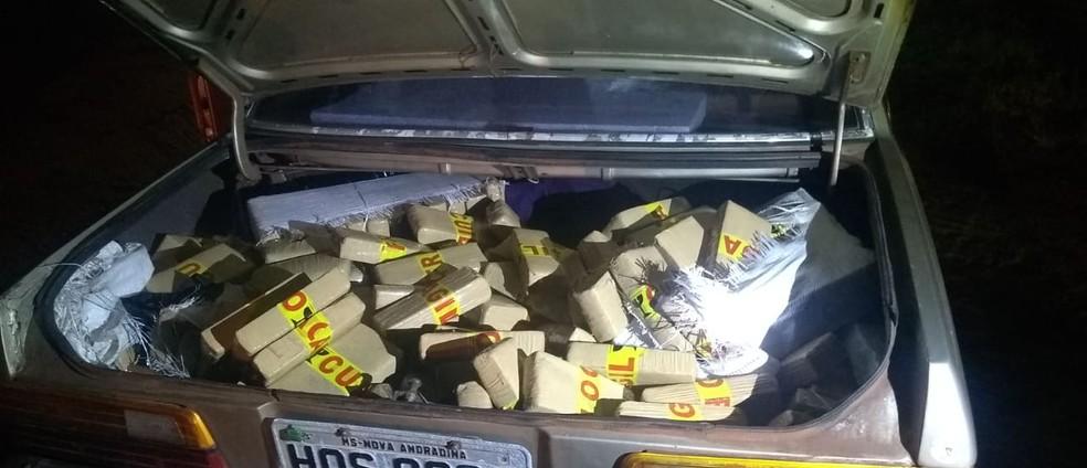 Droga estava no porta-malas do veículo abordado em Lins — Foto: J. Serafim/Divulgação
