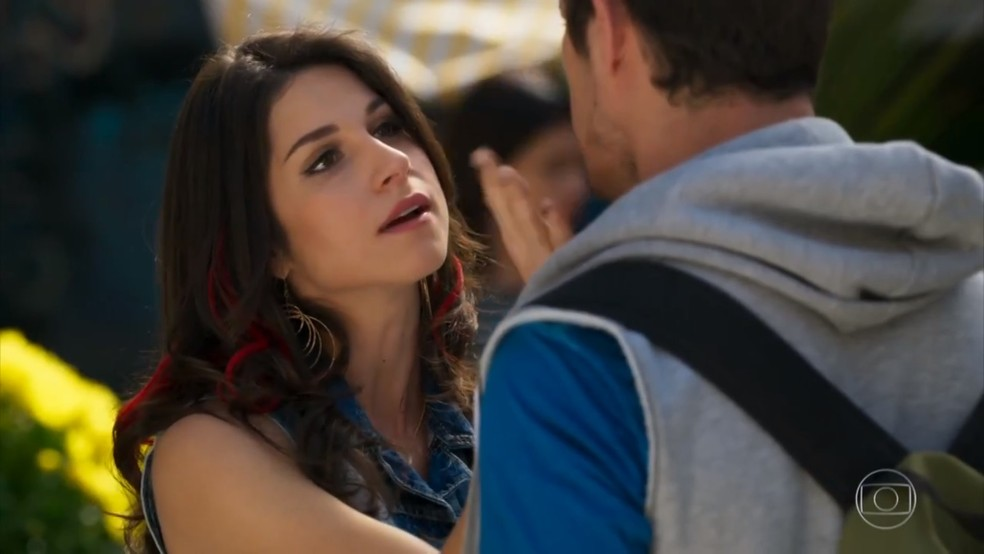 Carmela (Chandelly Braz) ameaça Adônis (José Loreto) - 'Haja Coração' — Foto: Globo