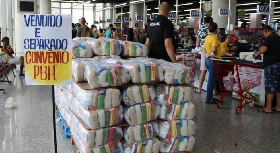 Cesta básica é distribuída pela Prefeitura de Belo Horizonte à população mais vulnerável durante a pandemia. — Foto: Zaíra Magalhães / PBH