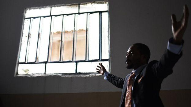 Fiel participa de culto evangélico em igreja pentecostal fundada por pastor congolês em Brás de Pina, frequentada majoritariamente por refugiados do país (Foto: Fabio Teixeira/BBC News Brasil)
