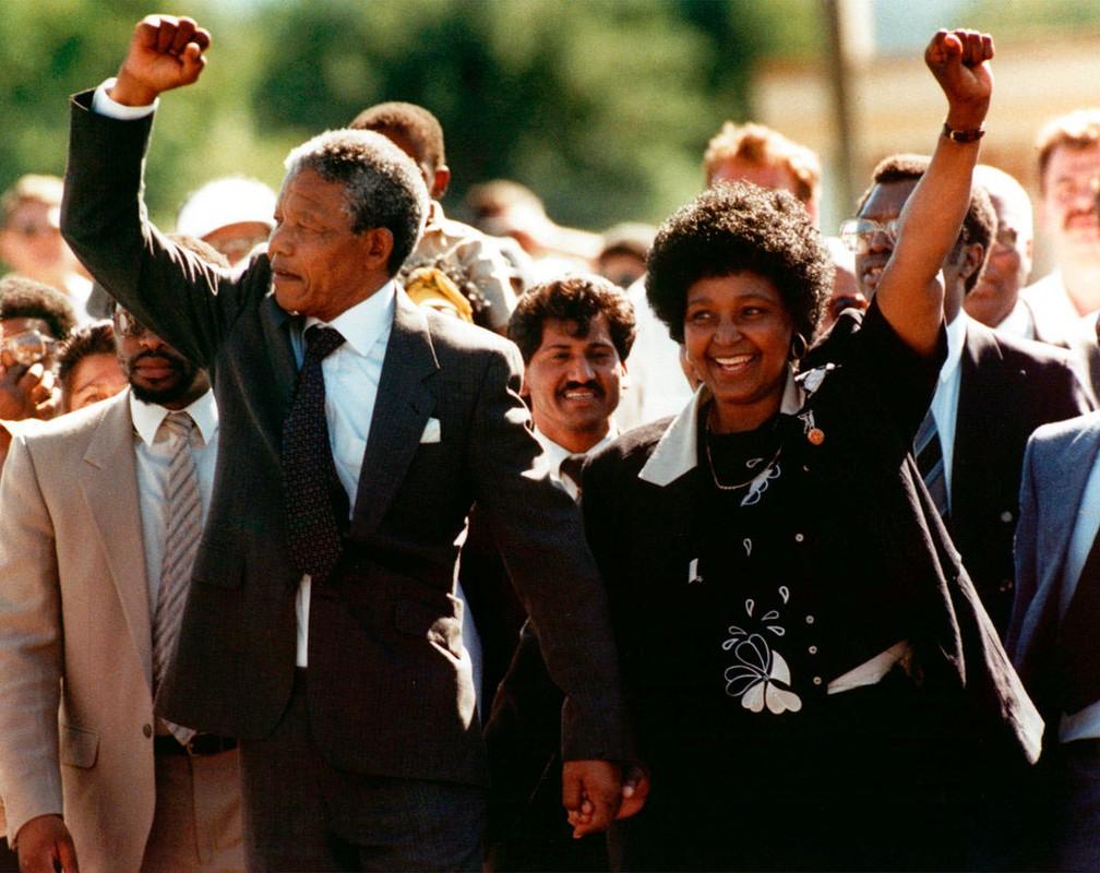 Nelson Mandela e Winnie caminham de mãos dadas após Nelson deixar a prisão na Cidade do Cabo, na África do Sul, em 11 de fevereiro de 1990  (Foto: Associated Press)
