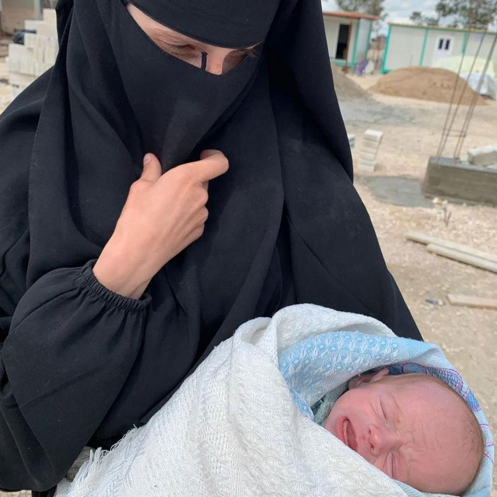 Leonora Messing, se juntou ao EI quando tinha 15 anos; agora é uma das mulheres que embalam seus filhos no campo de refugiados — Foto: BBC