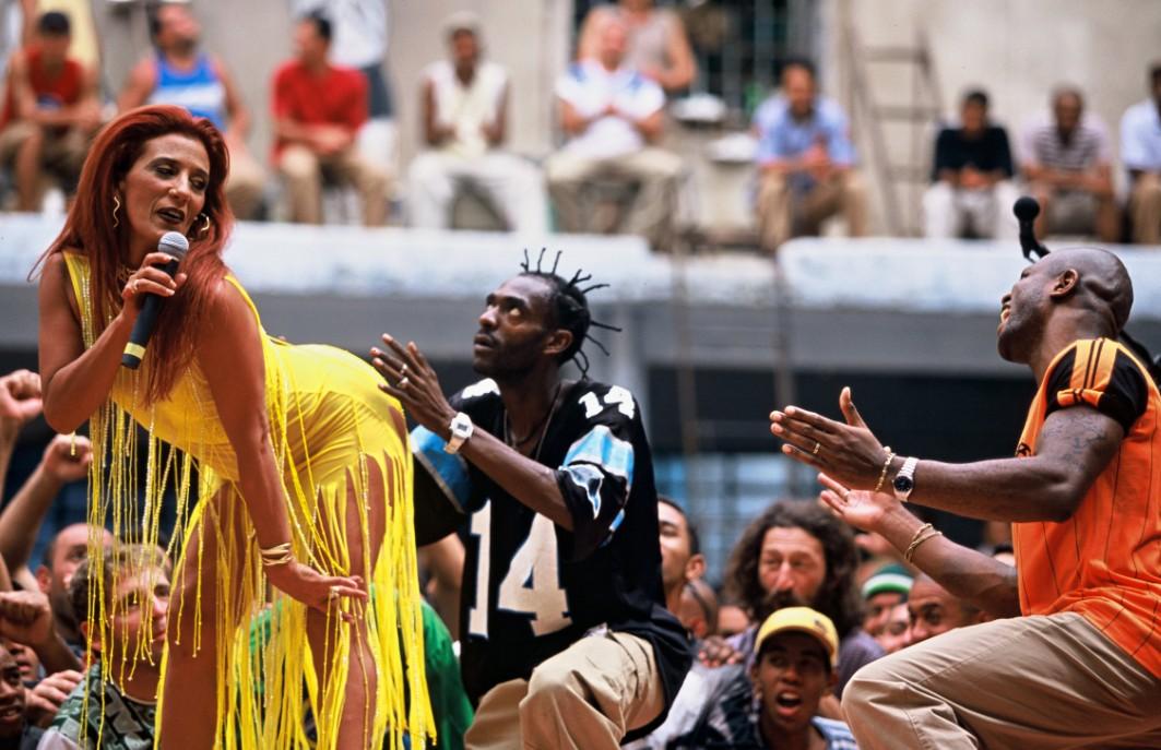 """Rita com o rapper Sabotage em cena do filme """"Carandiru"""", de 2003"""