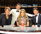 Jennifer Lopez com Harry Connick Jr. e Keith Urban e o apresentador Ryan Seacrest   Reprodução