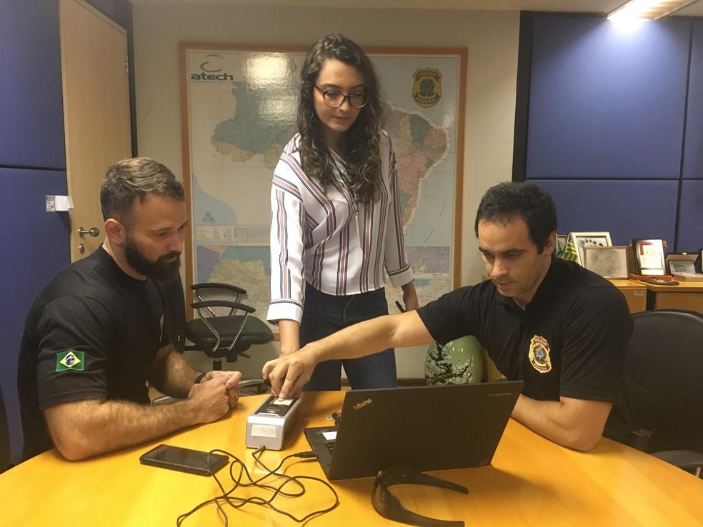 Especialistas da PF explicam como funciona o Alethia; Marco Antônio (à direita) esteve em Brumadinho — Foto: Victor Gomes/G1