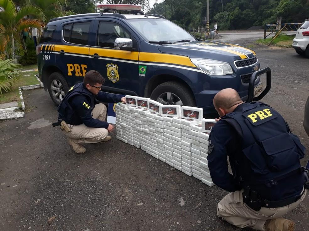 Droga estava embalada em tabletes — Foto: Divulgação/PRF