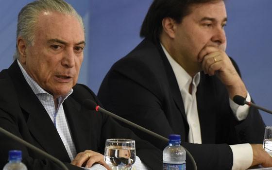 Michel Temer e Rodrigo Maia (Foto: Mateus Bonomi/AGIF / Ag. O Globo)