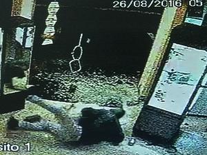 Ladrão tombou durante fuga a furto em ótica de Avaré (Foto: Reprodução/TV TEM)