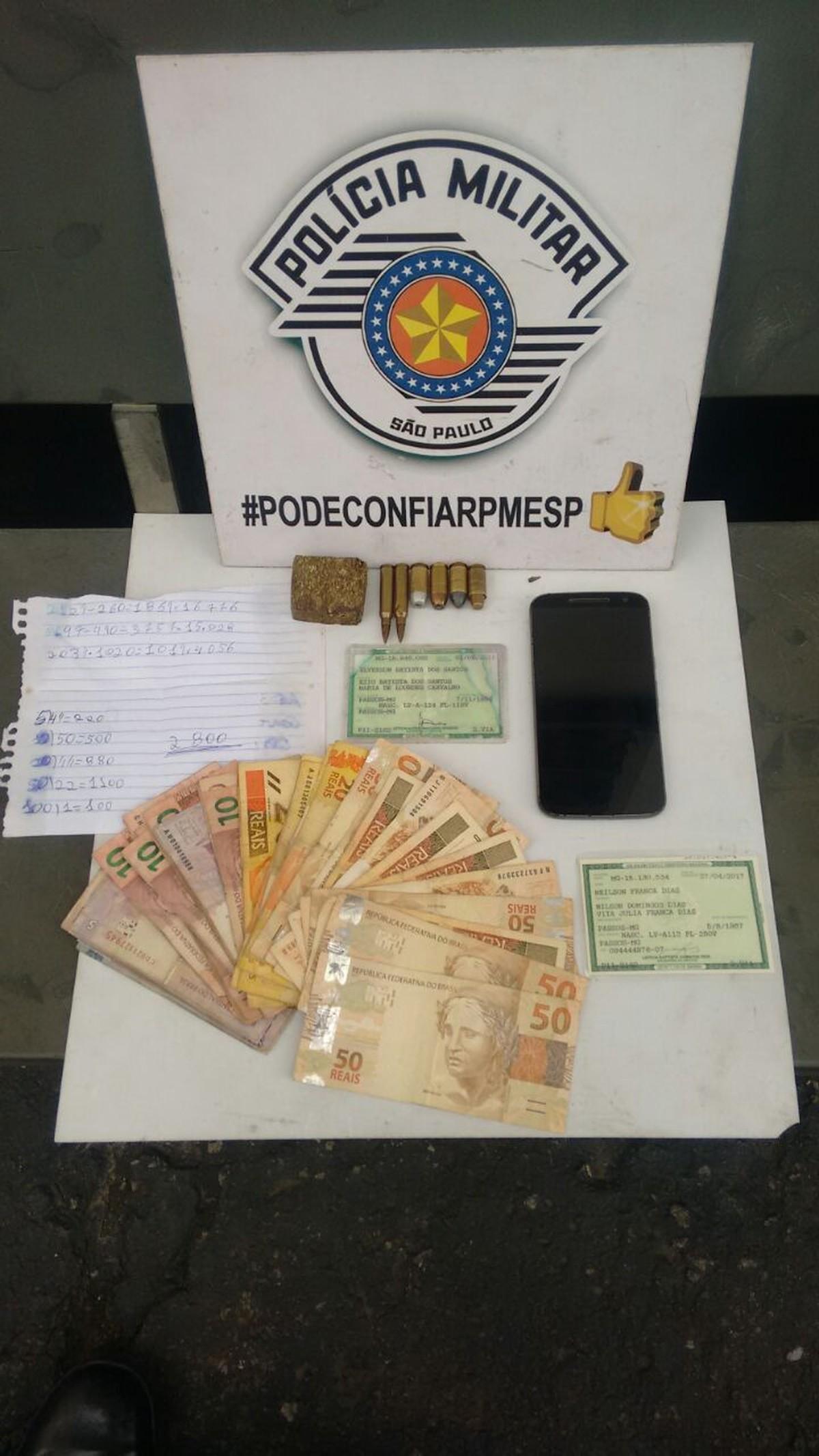 PM apreende droga, munição, R$ 995 e anotações do tráfico em área invadida de Suzano