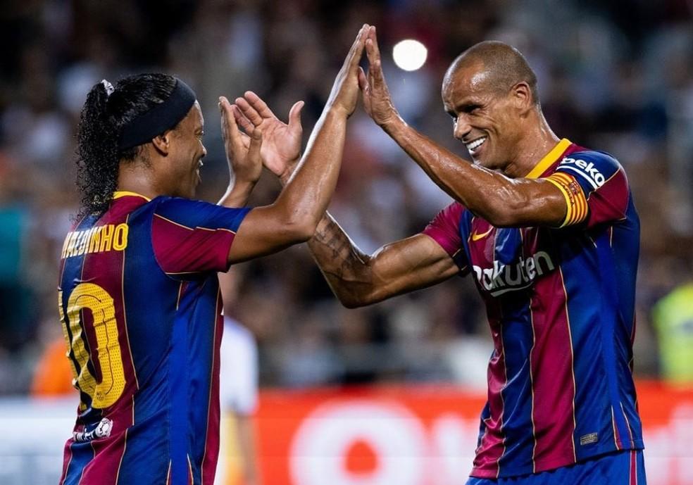Ronaldinho Gaúcho comemora seu gol com Rivaldo: ambos estão com a camisa 10 no amistoso entre lendas do Barcelona e Real Madrid — Foto: Divulgação/Barcelona